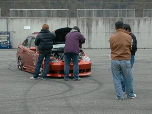 こっちのエンジンルームは汚かったような・・・。